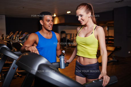 Couple in gymの写真素材 [FYI00644927]
