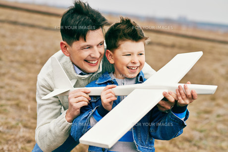 Boy playing with fatherの写真素材 [FYI00644942]