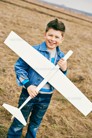 Boy playing outdoorsの素材 [FYI00644944]