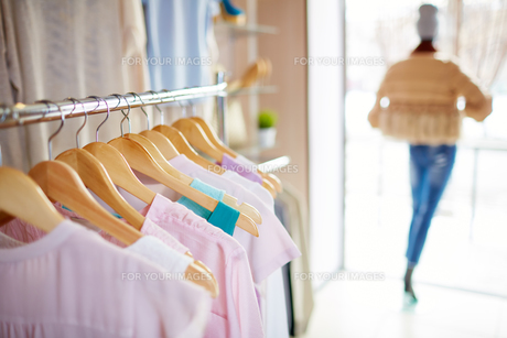 Row of new dressesの写真素材 [FYI00644947]