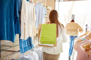 Shopper in boutiqueの写真素材 [FYI00644961]