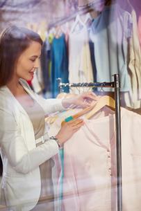 Consumer in boutiqueの写真素材 [FYI00644962]