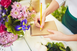 Florist with notepad and pencilの写真素材 [FYI00644964]