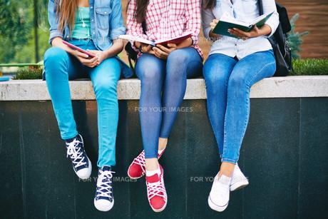 Girls readingの写真素材 [FYI00644993]