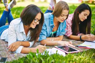 Schoolwork outsideの写真素材 [FYI00644994]