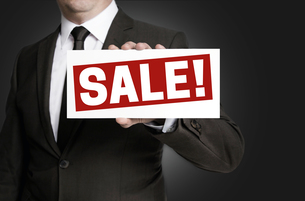 sale sign is held by businessmanの写真素材 [FYI00645035]