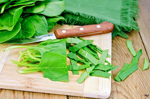Spinach shredded with knife on boardの写真素材 [FYI00645268]