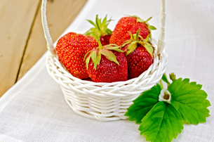 Strawberries in basket on napkin and boardの写真素材 [FYI00645281]