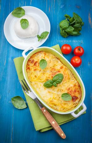 Casserole with pasta and mozzarella cheeseの写真素材 [FYI00645314]