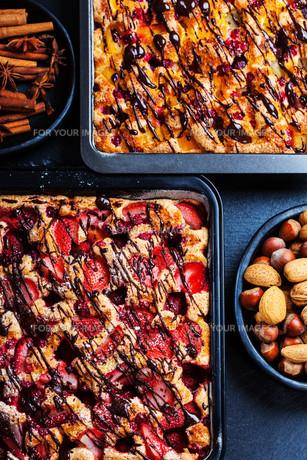 Homemade fruit sponge cakesの写真素材 [FYI00645322]