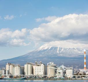 Mountain Fuji and Factoryの写真素材 [FYI00645329]