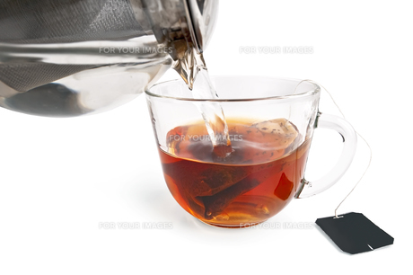 Tea from a bag in a glass cup with a teapotの写真素材 [FYI00645433]