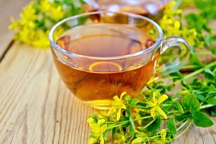 Tea from tutsan in glass cup on boardの素材 [FYI00645459]