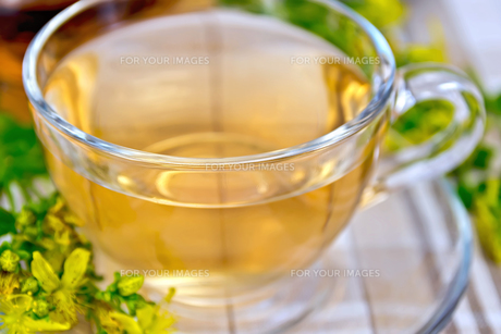 Tea from tutsan in glass cup on tableclothの写真素材 [FYI00645461]