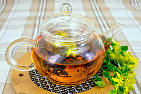 Herbal tea from tutsan in glass teapot on linen tableclothの写真素材 [FYI00645464]