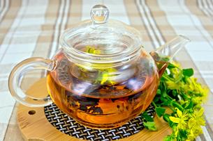 Herbal tea from tutsan in glass teapot on linen tableclothの写真素材 [FYI00645464]
