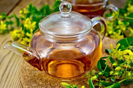 Tea from tutsan in glass teapot on boardの素材 [FYI00645465]