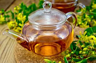 Tea from tutsan in glass teapot on boardの写真素材 [FYI00645465]