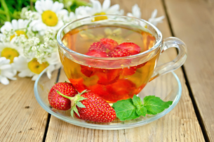 Tea with strawberries on a boardの写真素材 [FYI00645511]