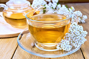 Tea with yarrow in cup on boardの写真素材 [FYI00645517]