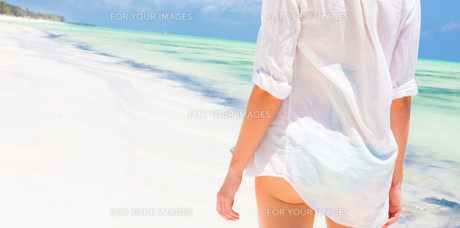 Woman on the beach in white shirt.の素材 [FYI00645520]