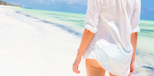 Woman on the beach in white shirt.の写真素材 [FYI00645520]