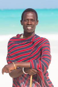 Traditonaly dressed black man on beach.の写真素材 [FYI00645544]