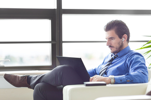 Businessman in office working on his laptop.の写真素材 [FYI00645590]