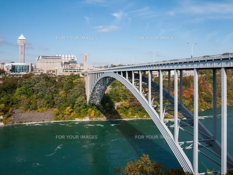 Rainbow bridge at Niagara Falls, USAの写真素材 [FYI00645684]