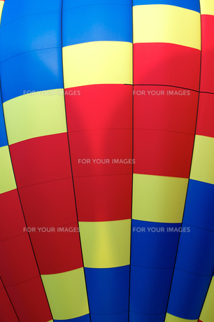 close up detail of hot air balloon of primary colorsの写真素材 [FYI00645727]