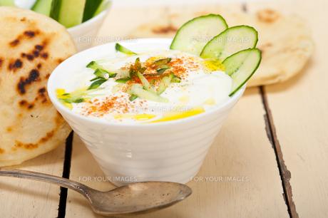 Arab middle east goat yogurt and cucumber saladの写真素材 [FYI00645738]