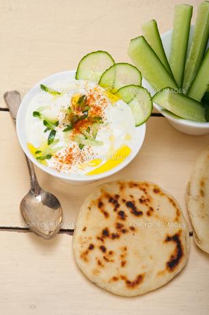 Arab middle east goat yogurt and cucumber saladの写真素材 [FYI00645739]