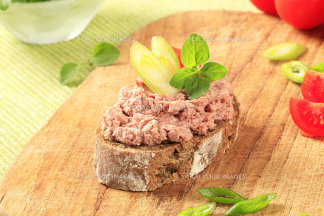 Bread with meat spreadの写真素材 [FYI00645797]