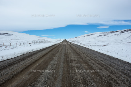Gravel road and winter landscapeの写真素材 [FYI00645864]