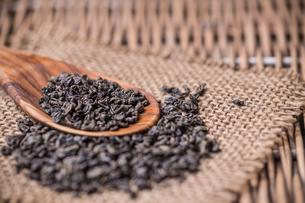 Dry tea in wooden spoonの写真素材 [FYI00645892]