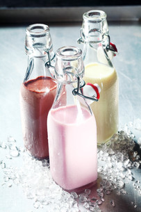 Blended Smoothie Shakes in Glass Bottlesの写真素材 [FYI00645916]