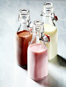 Blended Smoothie Shakes in Glass Bottlesの写真素材 [FYI00645917]