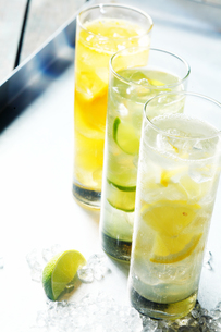 Tall glasses of iced citrus drinks for summerの写真素材 [FYI00645918]