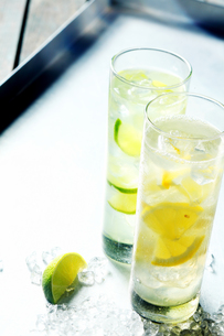 Refreshing pure water with tangy citrus slicesの写真素材 [FYI00645921]