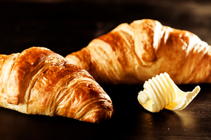 Butter and Croissant Bread on Top of a Tableの写真素材 [FYI00645929]
