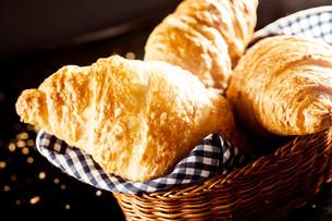 Gourmet Delicious Croissant on Bread Basketの写真素材 [FYI00645938]