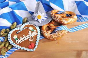 bayerisches lebkuchenherz with pretzelsの写真素材 [FYI00645941]