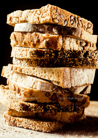Pile of assorted types of bread in slicesの写真素材 [FYI00645946]