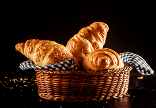 Buttery and Flaky Croissant on a Basket on a Tableの写真素材 [FYI00645947]