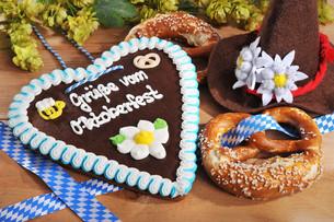 bayerisches lebkuchenherz with pretzelsの写真素材 [FYI00645949]