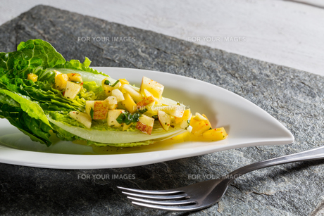 romaine lettuce hearts with mango apple vinaigretteの写真素材 [FYI00646010]