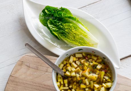 romaine lettuce hearts with mango apple vinaigretteの写真素材 [FYI00646012]