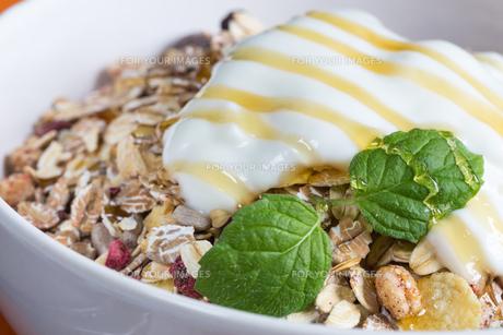 muesli with yoghurt and fruit on woodの写真素材 [FYI00646023]