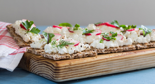 crispbread with cottage cheese radishes and herbsの写真素材 [FYI00646041]