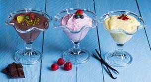 dessertvariation chocolate cream raspberry cream vanilla creamの写真素材 [FYI00646042]